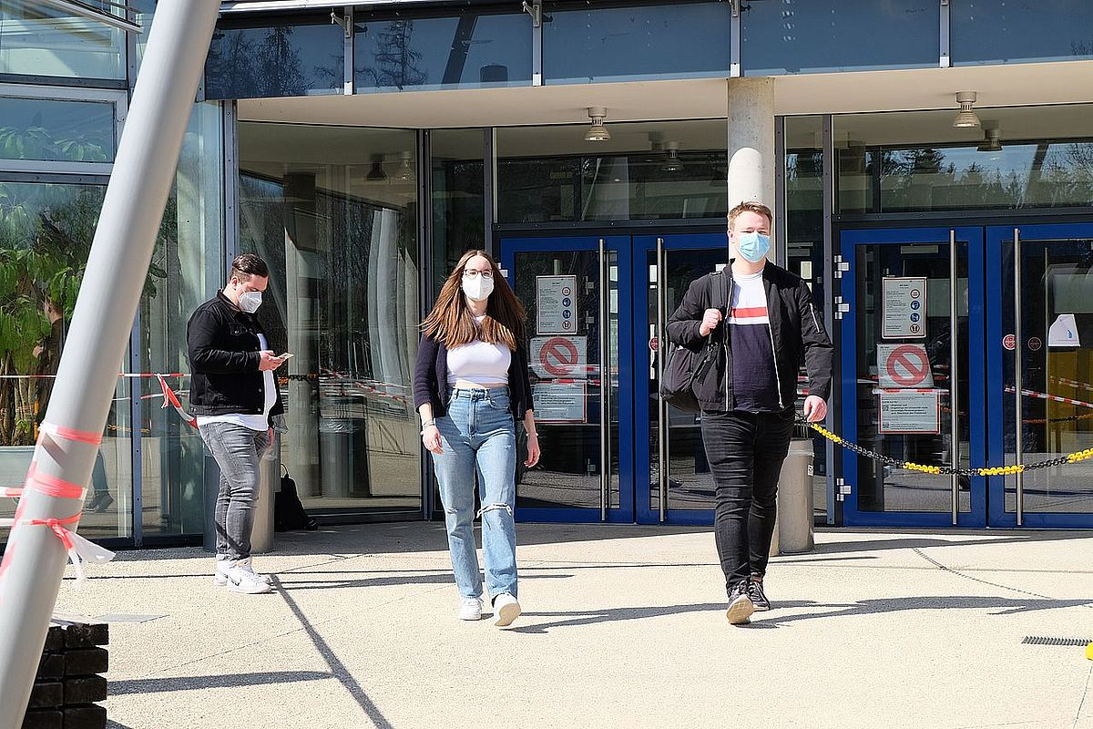 Students wearing medical masks in front of Ulm University